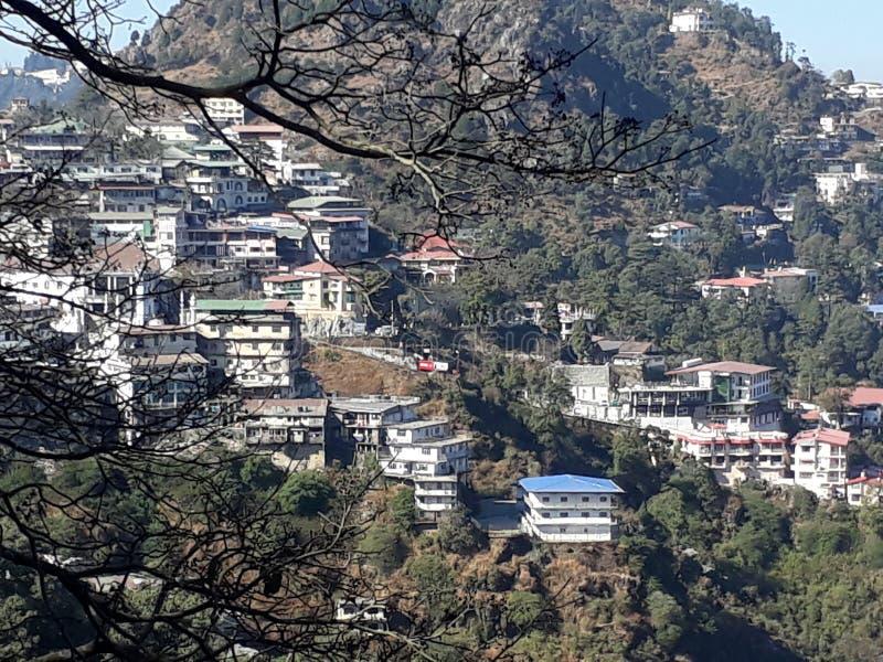 Ofamazing Ansicht der Schönheit von der Spitze der Hügel von der Hauptstadt von Manali lizenzfreies stockfoto