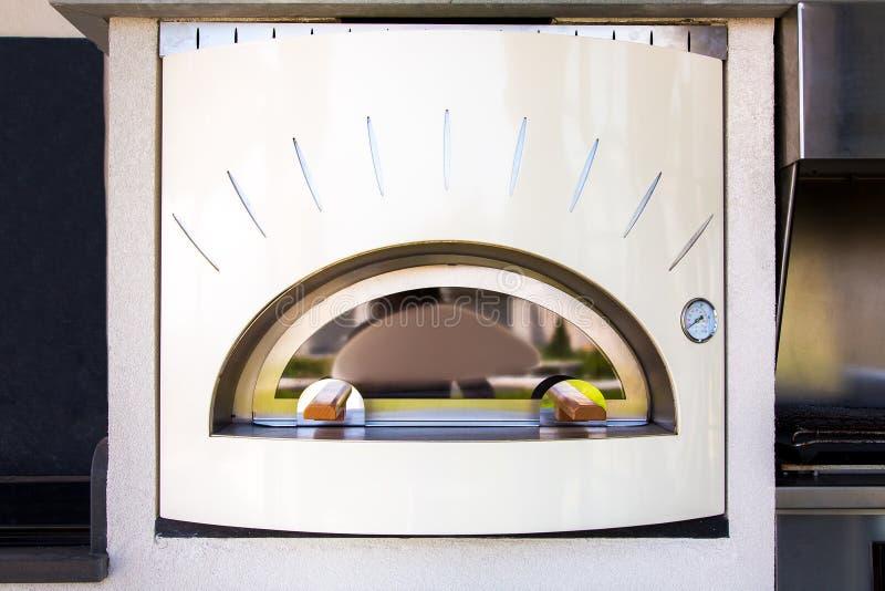 Ofen für die Herstellung von Pizzalichtbeige im Retrostil lizenzfreie stockbilder