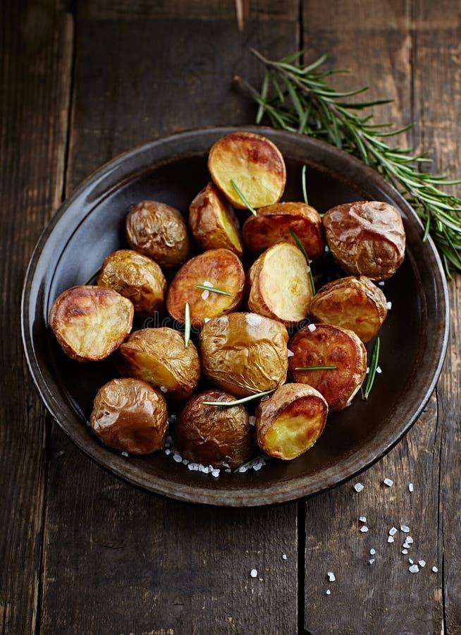 Ofen-gebackene Kartoffeln mit Seesalz und -rosemary lizenzfreies stockfoto