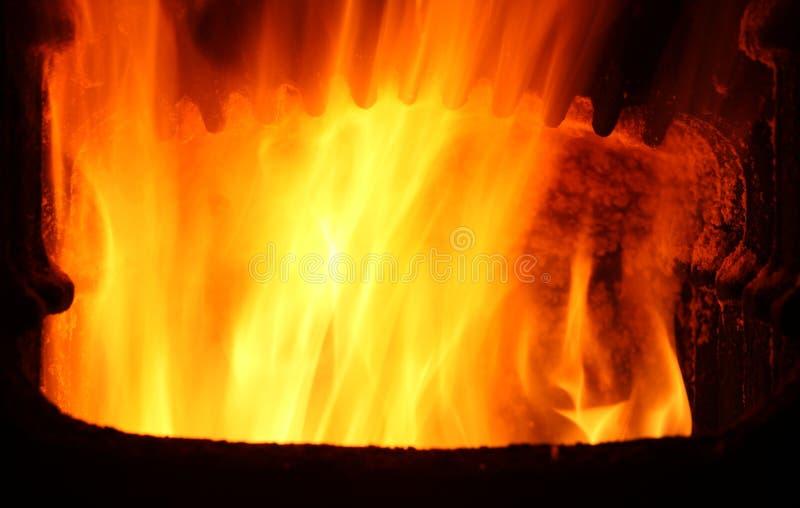 Ofen mit Feuer lizenzfreie stockbilder