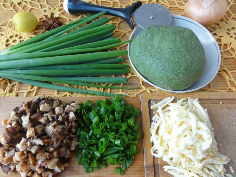 Ofende las empanadas con la pasta verde de las setas cocinada de la ortiga imágenes de archivo libres de regalías