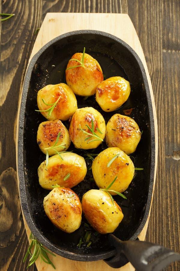 Ofenkartoffeln mit Rosmarin stockfotografie
