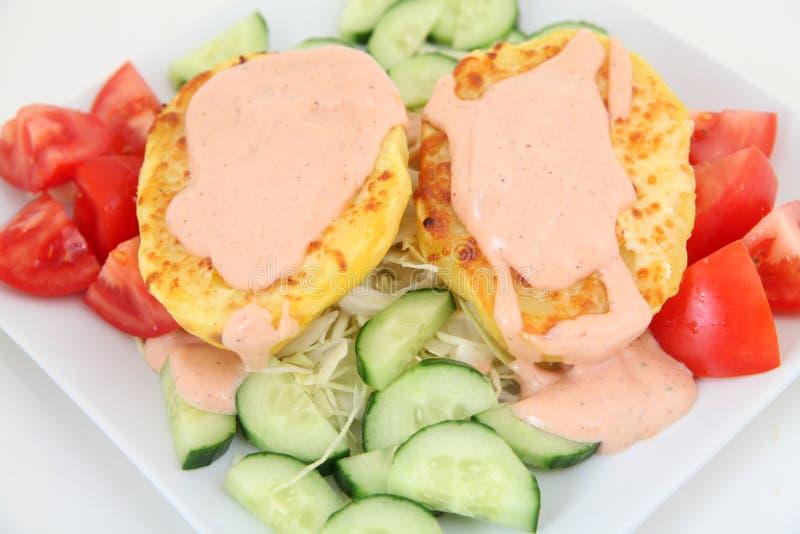 Ofenkartoffeln mit Soße und Gemüse stockfoto