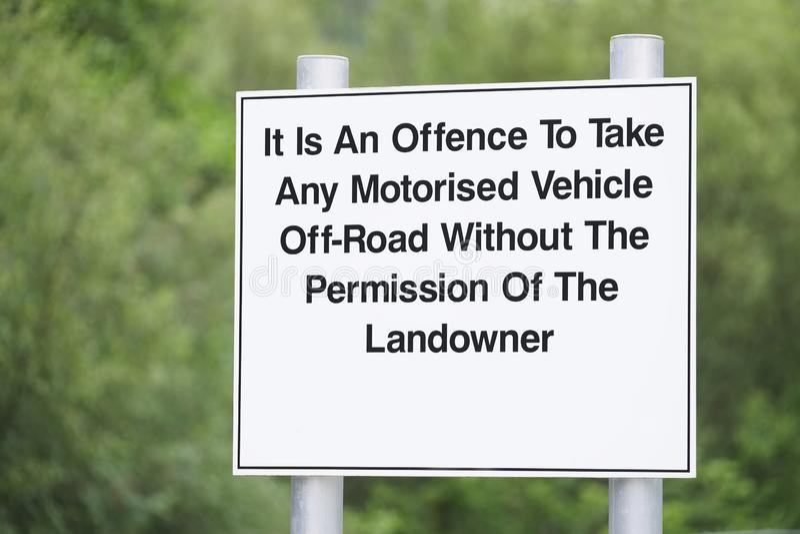 Ofensa para tomar algum veículo motorizado fora da estrada com sinal da permissão do latifundiário fotos de stock royalty free