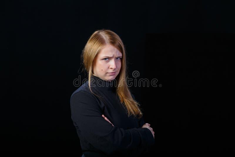 Ofensa que muestra rubia joven triste a su cara foto de archivo