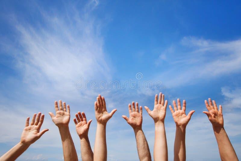 Oferecendo o conceito, mãos do grupo de pessoas imagens de stock royalty free