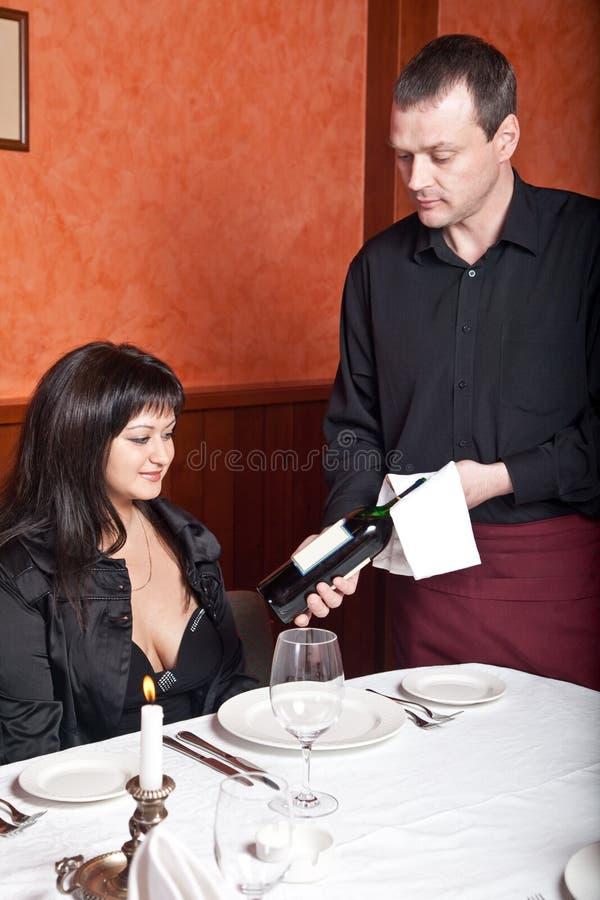 ofert gościa kelnera wino obraz stock