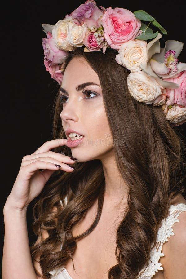 Oferta bastante femenina con el pelo rizado hermoso en guirnalda de la rosa imagenes de archivo