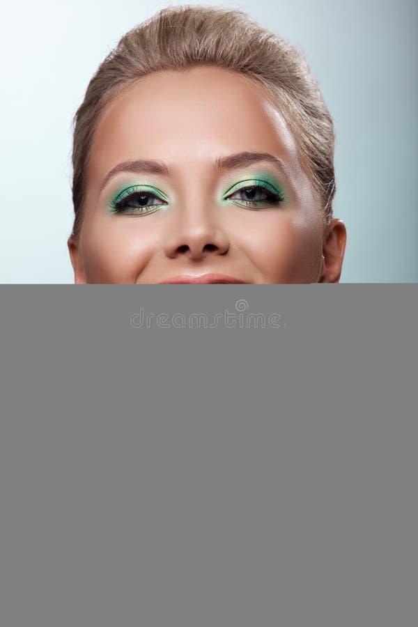 Oferta da mulher do sorriso sua cereja madura do gosto imagem de stock royalty free