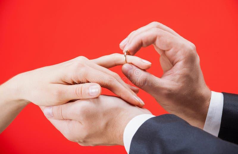 Oferta de la boda: hombre que pone el anillo de compromiso en un finger de imágenes de archivo libres de regalías