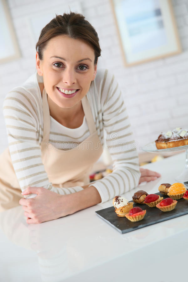 Oferta de la tienda de la mujer con los pasteles imagen de archivo