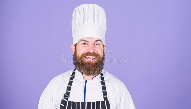 Oferta especial del cocinero Uniforme blanco del cocinero feliz barbudo confiado Intente algo especial Mis extremidades secretas  fotografía de archivo