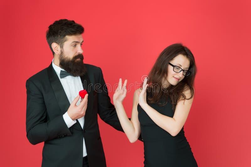 Oferta rejeitada Os pares no amor comemoram o aniversário Acoplamento romântico da joia da caixa de presente Proposta de uni?o co imagens de stock royalty free