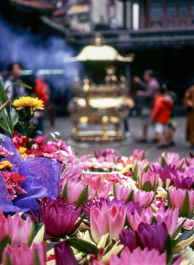 Ofertas da flor no templo de Lungshan imagem de stock royalty free