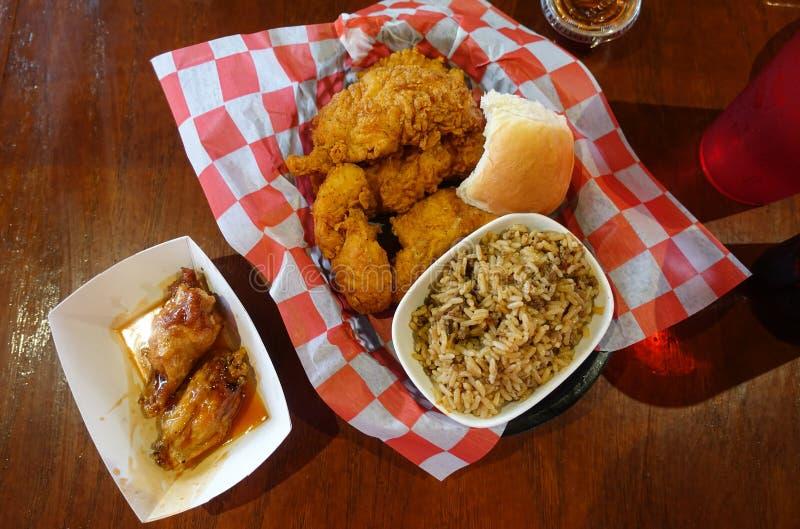 Ofertas del pollo frito, bocado del arroz y de las alas de pollo imagenes de archivo