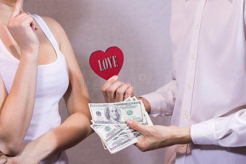 Ofertas do homem ao amor e ao dinheiro da menina imagem de stock royalty free