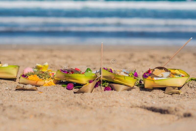 Ofertas hindu e presentes ao deus na praia em Bali, Indonésia imagens de stock
