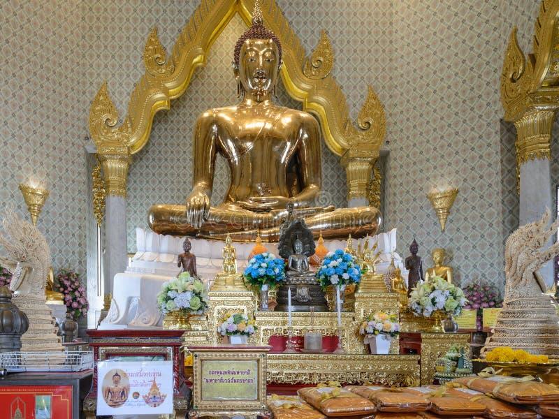 Ofertas na estátua dourada da Buda em Phra Maha Mondop | Wat Traimit, Banguecoque imagem de stock royalty free
