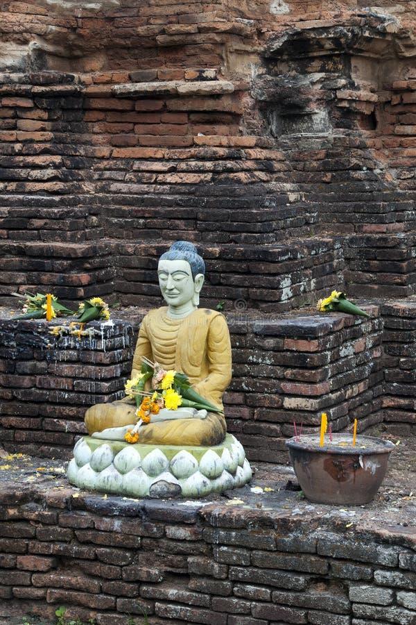 Ofertas religiosas no chedi do tijolo em Wat Jetlin imagens de stock royalty free
