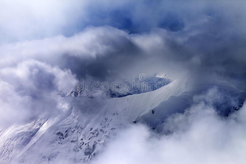 Off-piste πολύχρωμα σύννεφα κλίσεων στον ήλιο στοκ εικόνες