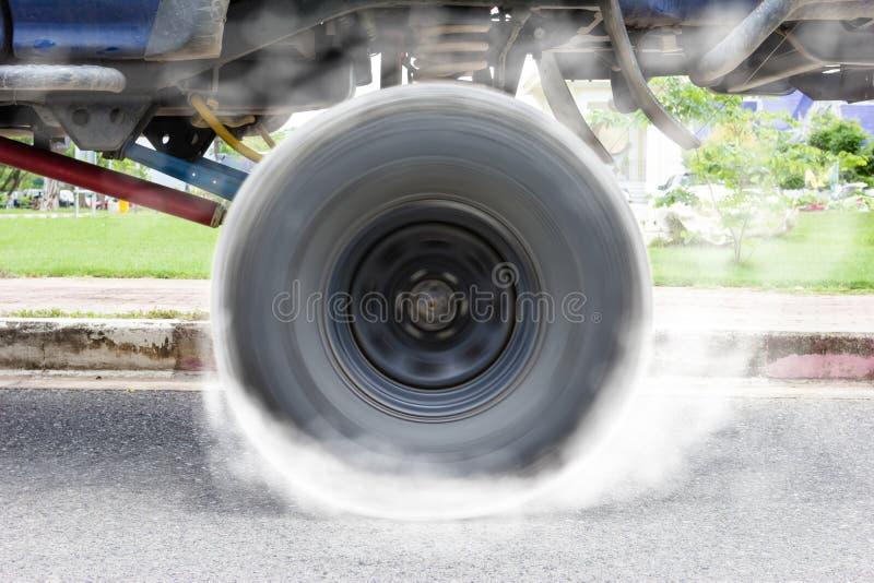 Off-road autospinnewiel brandt rubber op vloer royalty-vrije stock foto