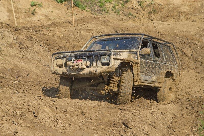 Off-road voertuig in modderig terrein. stock foto