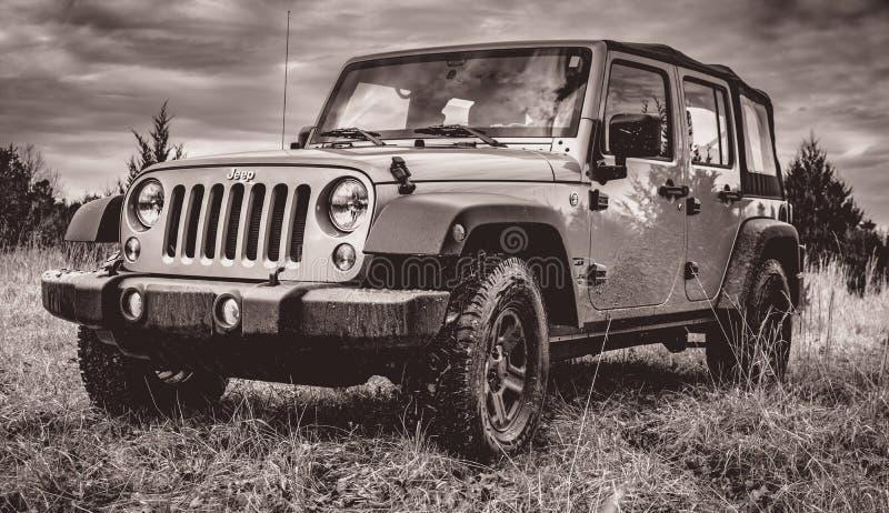 Off-roading en Jeep Unlimited fotografía de archivo