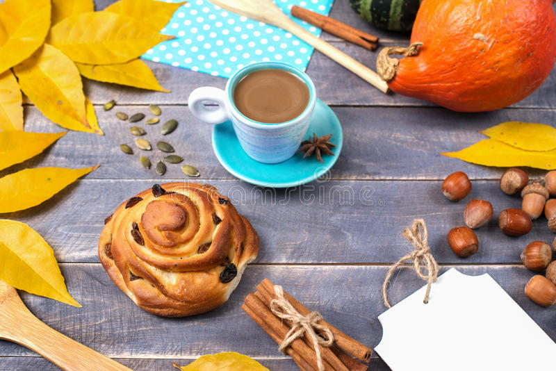 Offee Ð ¡ με την κανέλα και muffin με τις σταφίδες το φθινόπωρο stil ελεύθερη απεικόνιση δικαιώματος