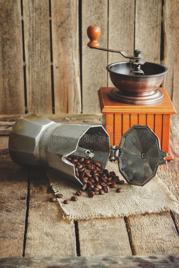 ? offee ostrzarz, coffeepot i piec kawowe fasole, zdjęcie royalty free