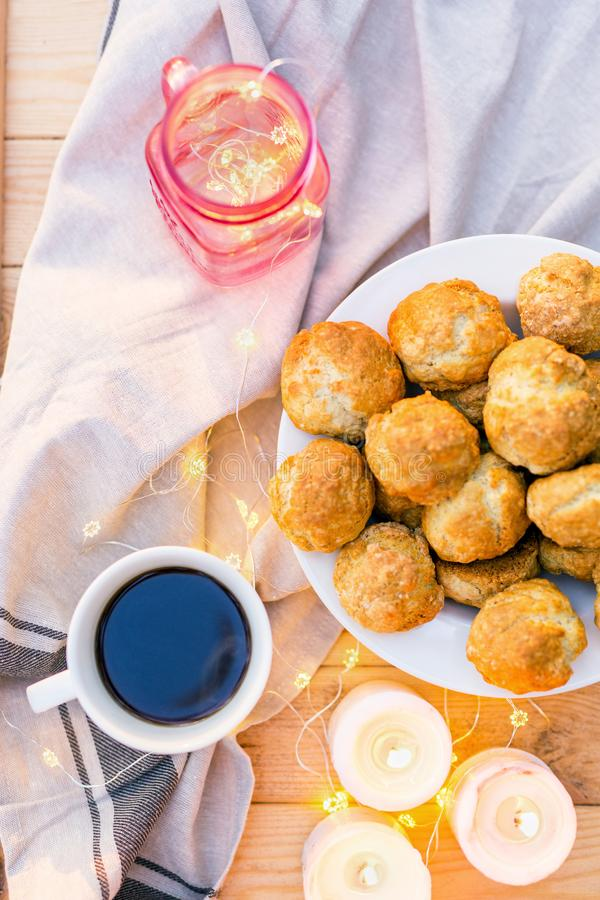 ? offeetabell som tjänas som med kaffe, söta kakor som dekoreras med stearinljus, och ljus royaltyfri fotografi