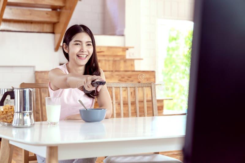 Offen vom jungen glücklichen attraktiven asiatischen Mädchen genießen Sie Wochenendentätigkeit, indem Sie sich zu Hause Fernsehpr lizenzfreie stockfotos