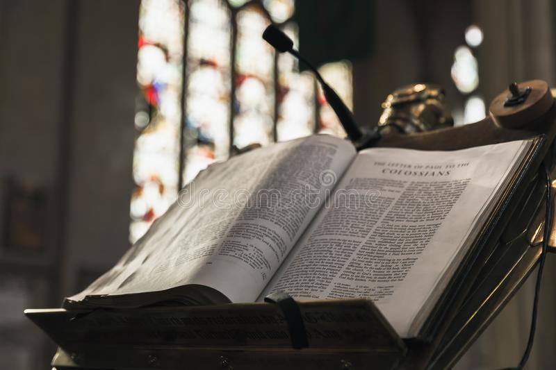 Offene Bibel legt in Abbey Church stockfotografie