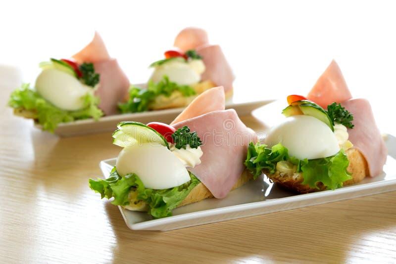 Offene Ei- und Schinkensandwiche des traditionellen Europäers auf weißem cerami lizenzfreies stockfoto