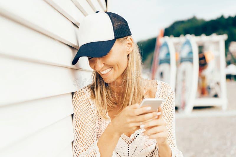 Offene emotionale Frau schreibt sms und Lachen stockfoto