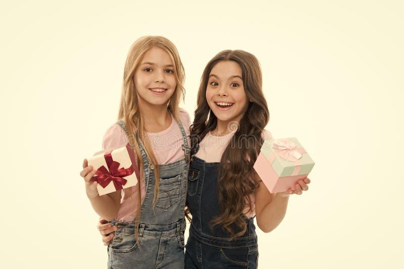 Offene Feiertage für Mädchen Kinder fröhliche Wartegeschenke Öffnungsgeschenke Perfektes Geschenk für Teens Einkaufstag stockfotos