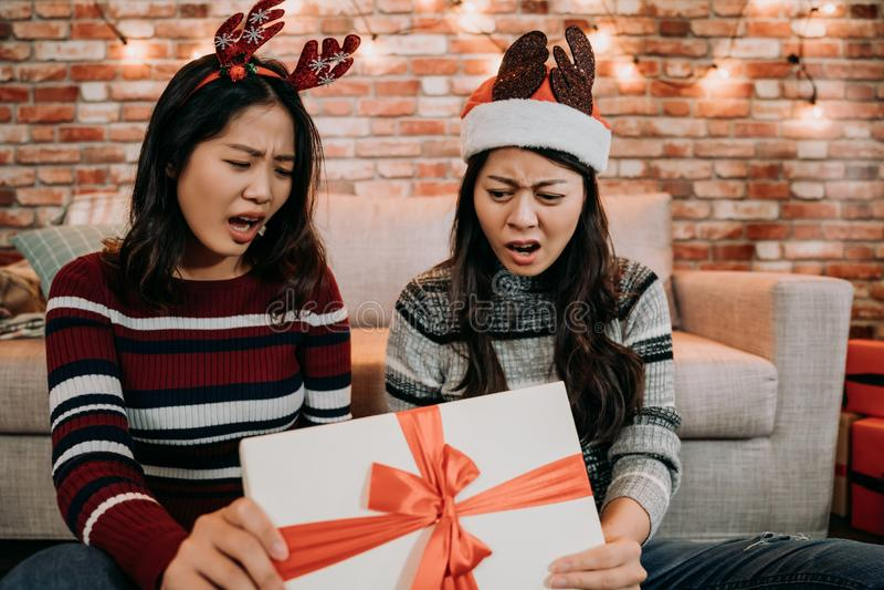 Offene Geschenkbox der Mädchen zu Hause, die missfallen glaubt stockfotos