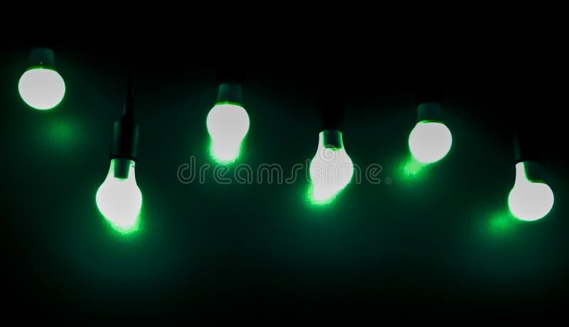 Offene grüne Glühlampe auf schwarzem Hintergrund stockfoto