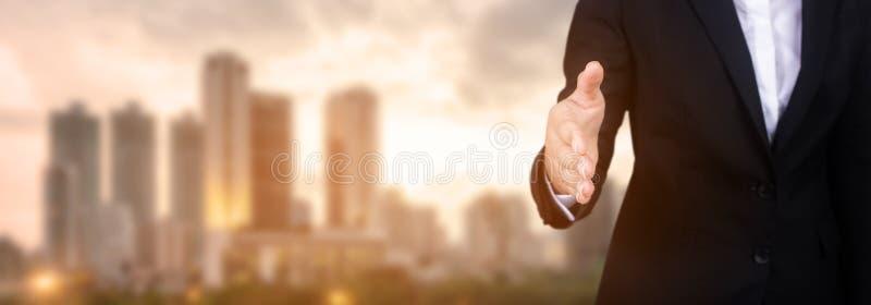 Offene Hand der Geschäftsfrau bereit, ein Abkommen, Partner zu versiegeln, der ha rüttelt stockfoto