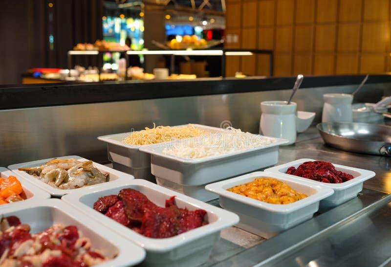Offene Küche mit Speisen, die in einem frischen Buffet gekocht werden, Catering-Business stockfotografie