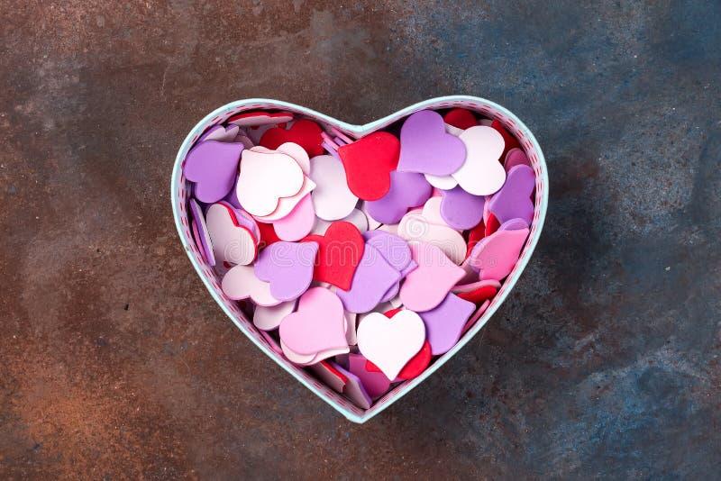 Offene leere Geschenkbox mit Herzen formen auf Steinhintergrund, flache Lage stockfoto
