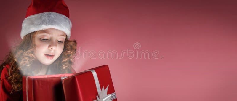 Offene rote Geschenkbox des kleinen Mädchens lizenzfreie stockbilder