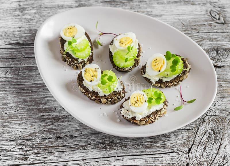 Offene Sandwiche mit Sahne Käse, Wachteleier und Sellerie Köstlicher gesunder Ostern-Snack lizenzfreie stockfotografie