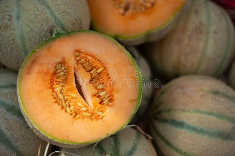 Offene Schnitt Charentais-Melone auf Marktstapel lizenzfreie stockbilder