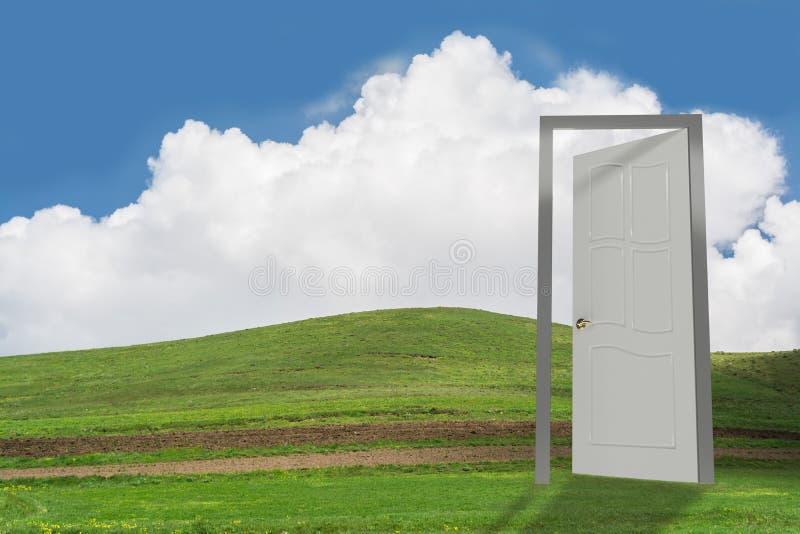 Offene Tür auf grünem Land stockfotografie