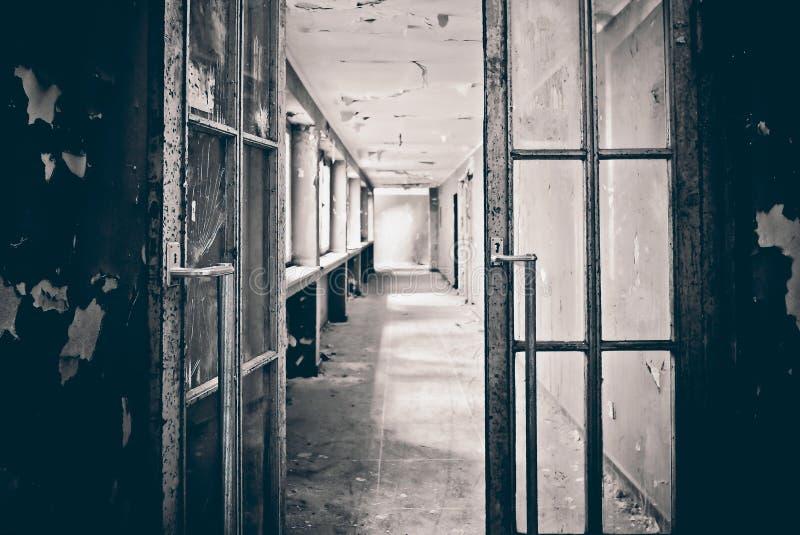 Offene Tür in den Korridor eines verfallenen Gebäudes