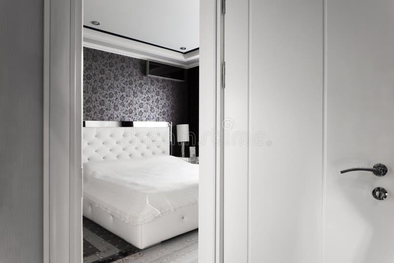 Offene Tür des Schlafzimmers lizenzfreie stockfotografie