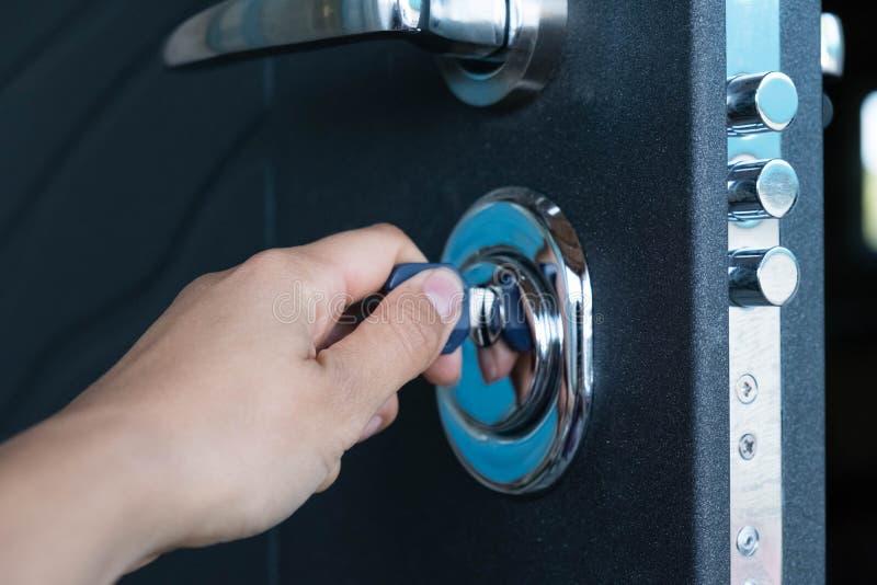 Offene Tür eines Familienhauses Nahaufnahme des Verschlusses mit Ihren Schlüsseln auf einer gepanzerten Tür sicherheit Schließzyl lizenzfreie stockbilder