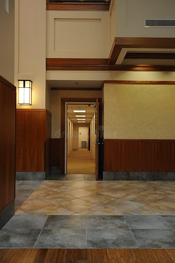 Offene Tür im modernen Gebäude, das hinunter eine Halle führt lizenzfreie stockfotos
