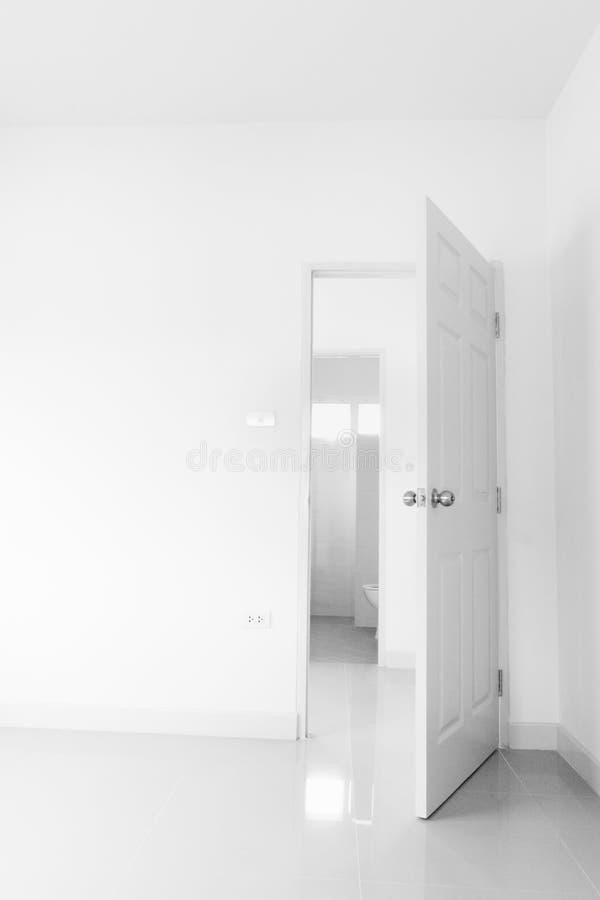 Offene Tür im Schlafzimmer, Eingangsansicht vom Schlafzimmerkonzept der Aufwartung stockfoto