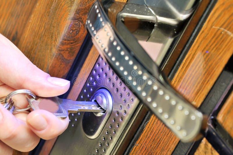Offene Tür mit Schlüssel lizenzfreies stockfoto
